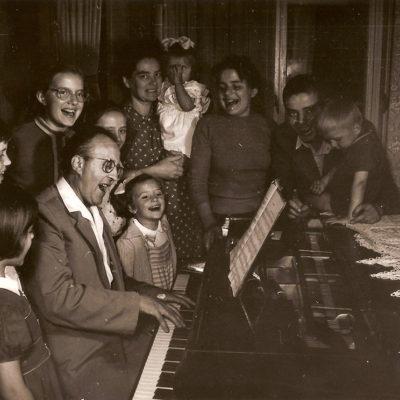 Család a zongoránál